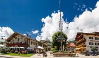 Dorfplatz mit Maibaum